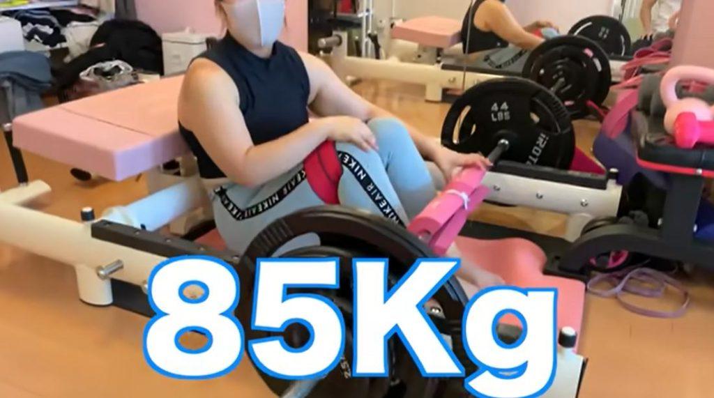 ゆりやんレトリィバァがヒップリフトを85kgでおこなっている