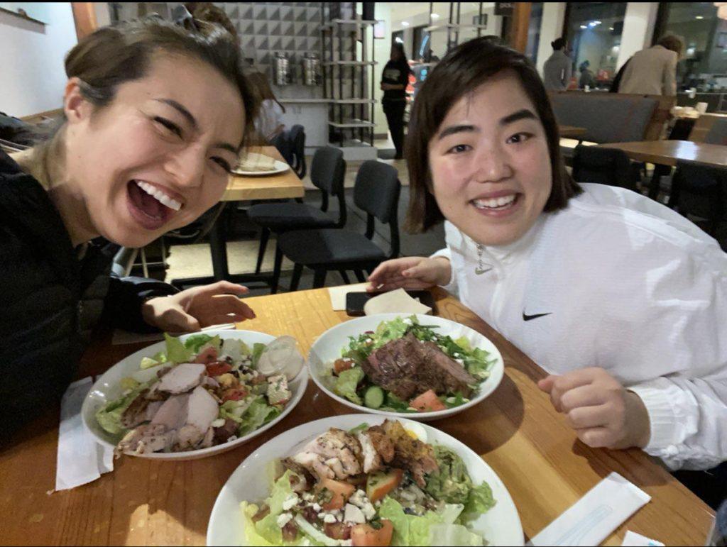 ゆりやんレトリィバァと岡部友が一緒に食事をしている